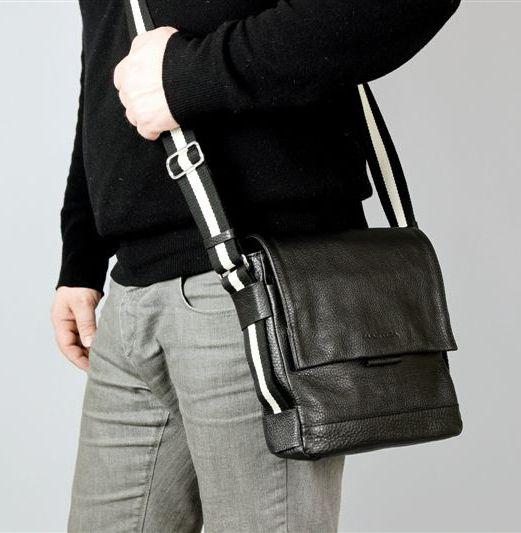 STELLA MCCARTNEY представила мужские кожаные сумки через плечо.